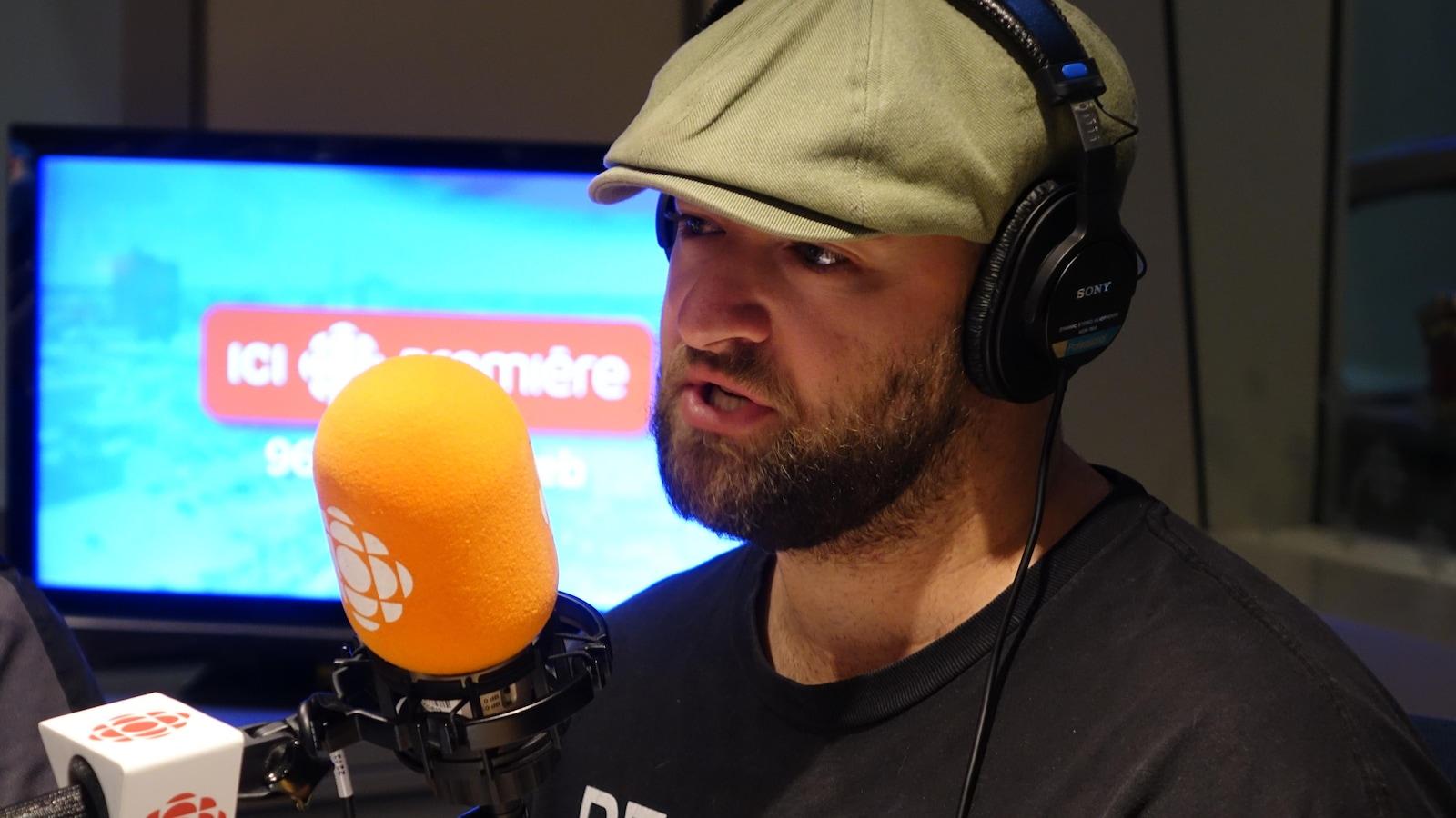 Vincent Desjardins qui parle au micro.