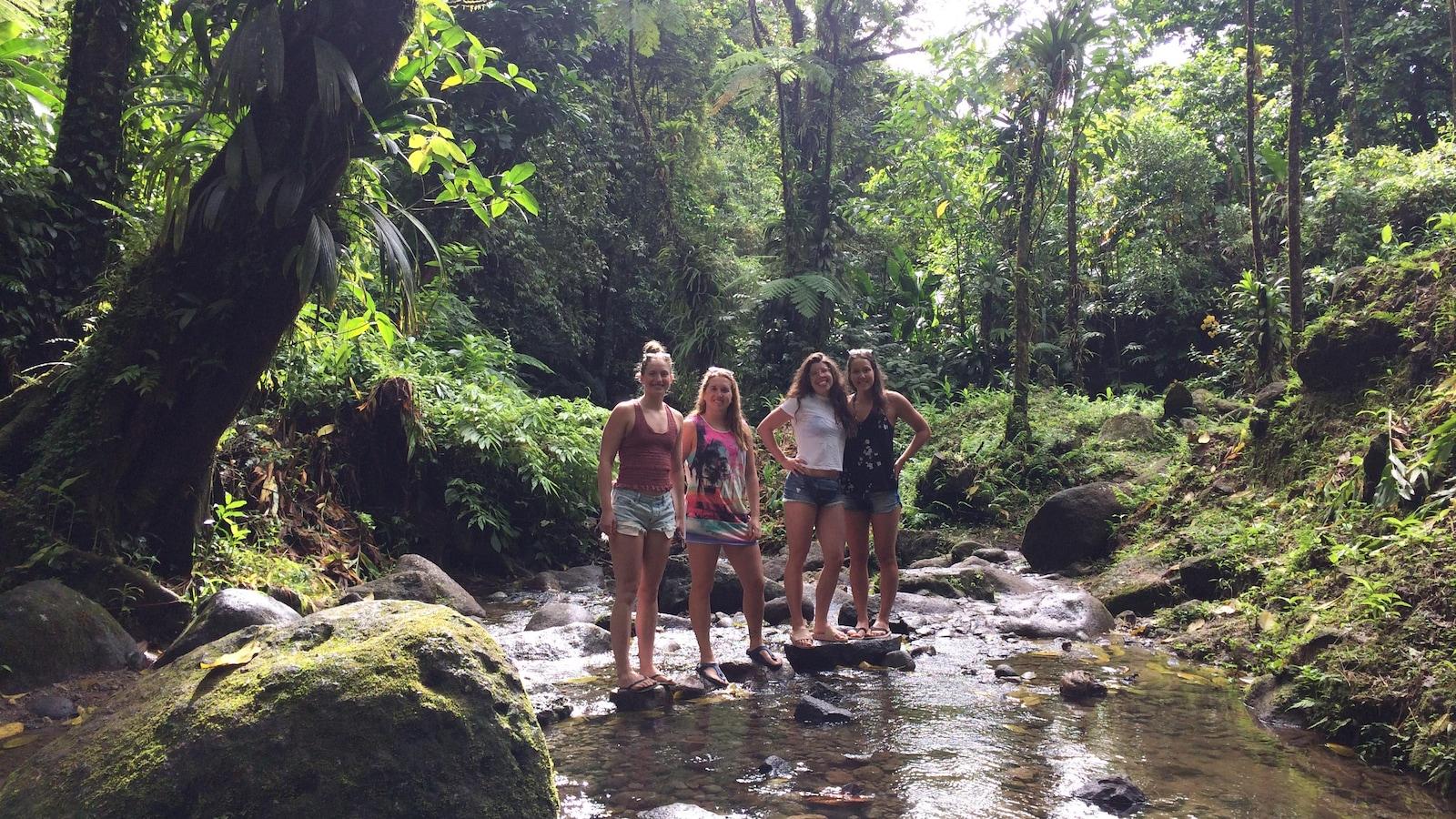 Roxanne Fortin et trois amies dans la forêt en Martinique