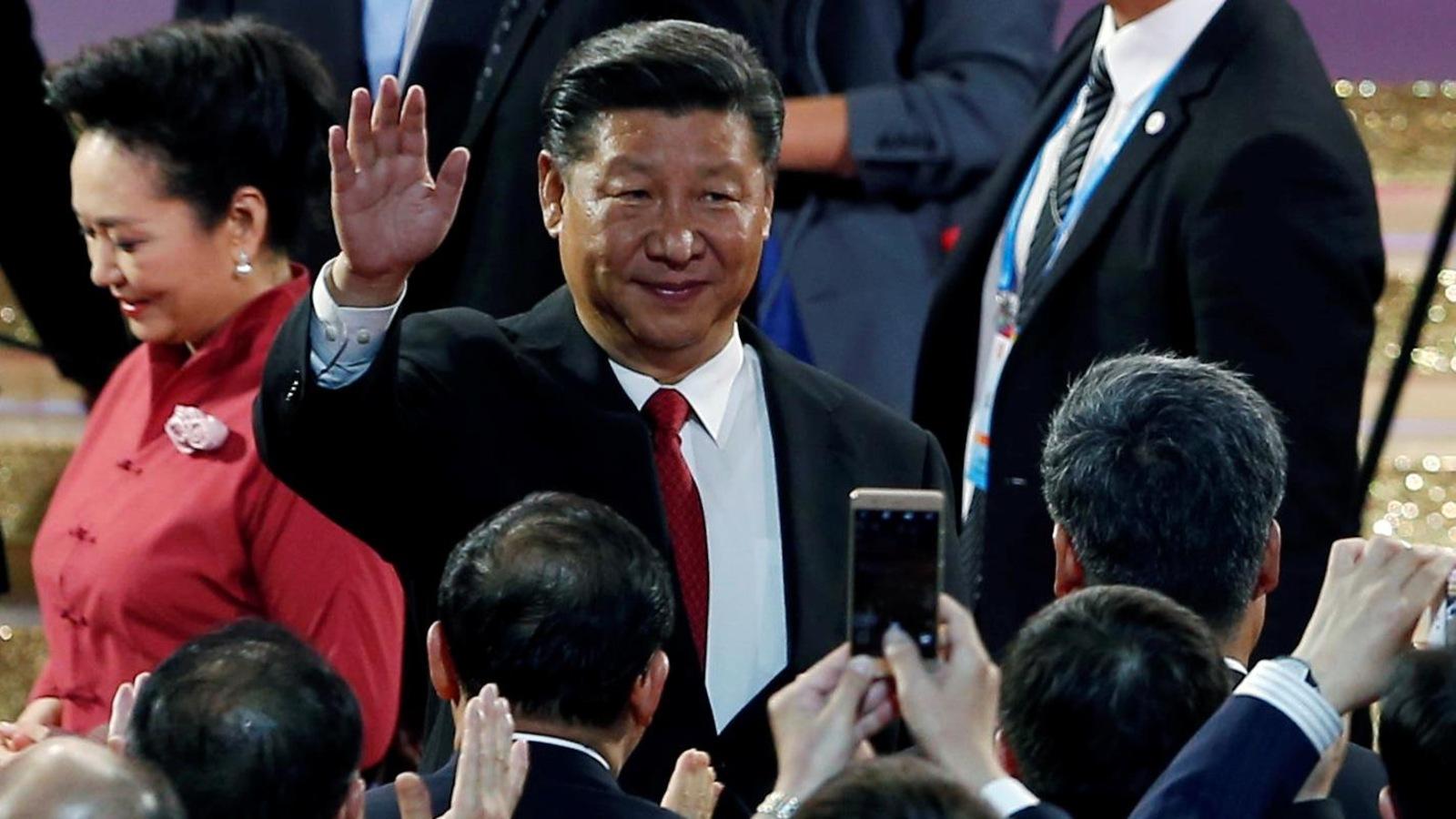 Le président chinois Xi Jinping salue la foule