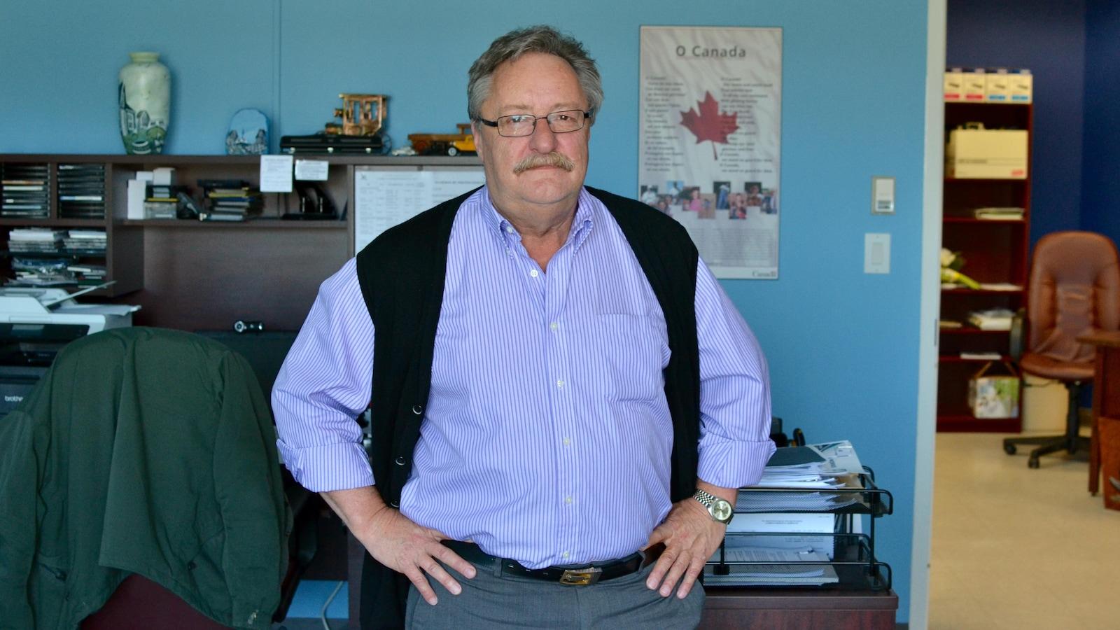Yvon Samson dans son bureau à Petit-de-Grat au Cap Breton.