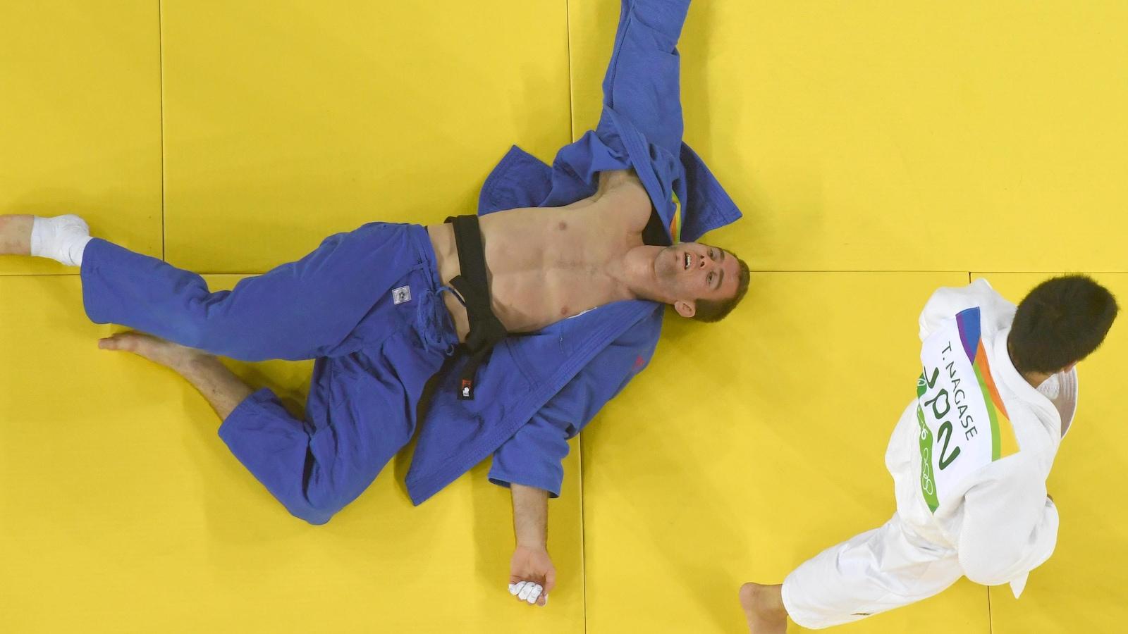 Antoine Valois-Fortier, les bras en crois, après sa défaite en repêchage contre le Japonais Takanori Nagase