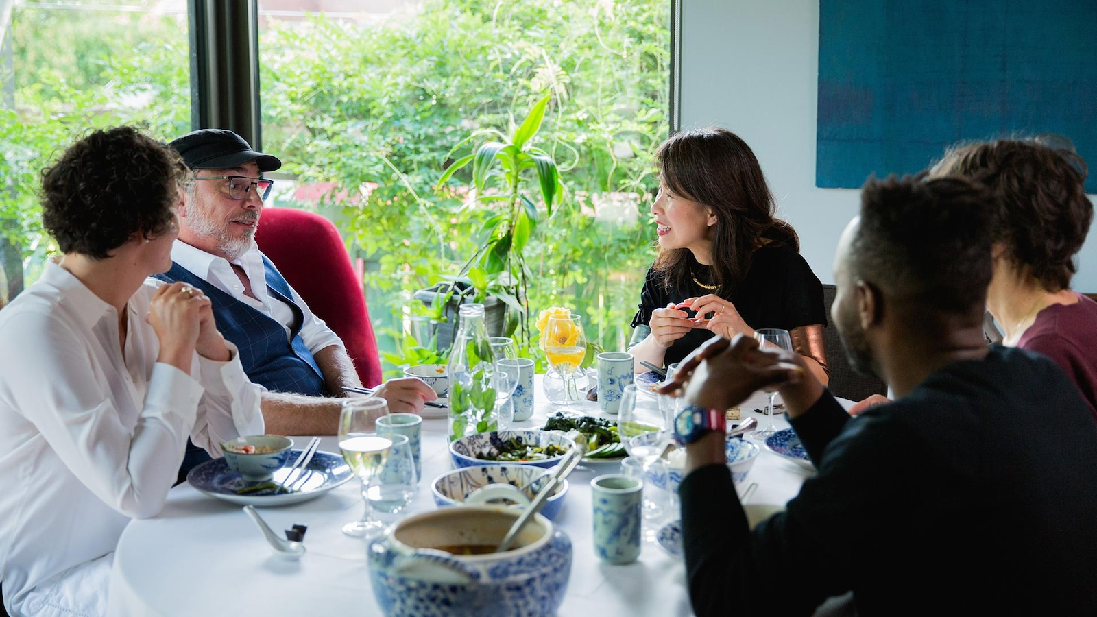 Kim Thúy discute à la table avec ses invités, dont Christian Bégin.