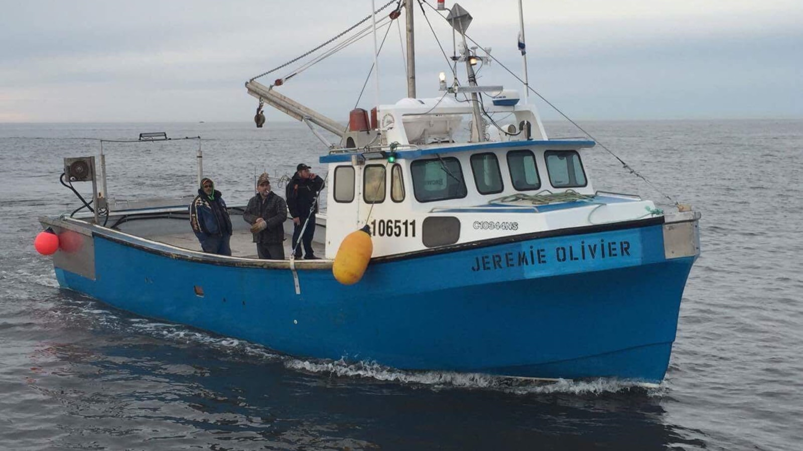 Sur le pont, on aperçoit le capitaine Christian Duguay et ses membres d'équipage, Serge Gionet et Hector Haché
