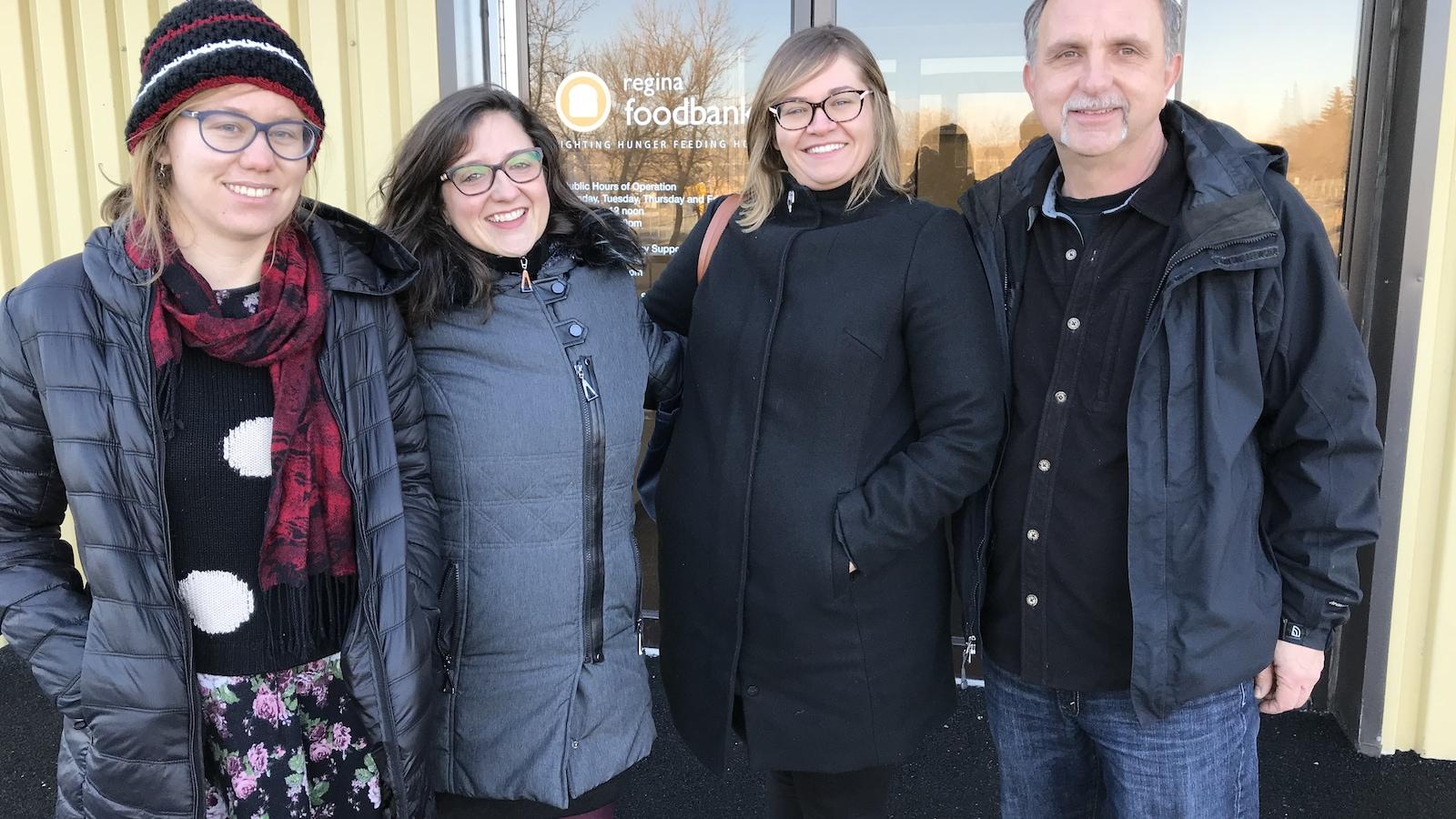 L'équipe de Point du jour devant l'entrée de la banque alimentaire de Regina.