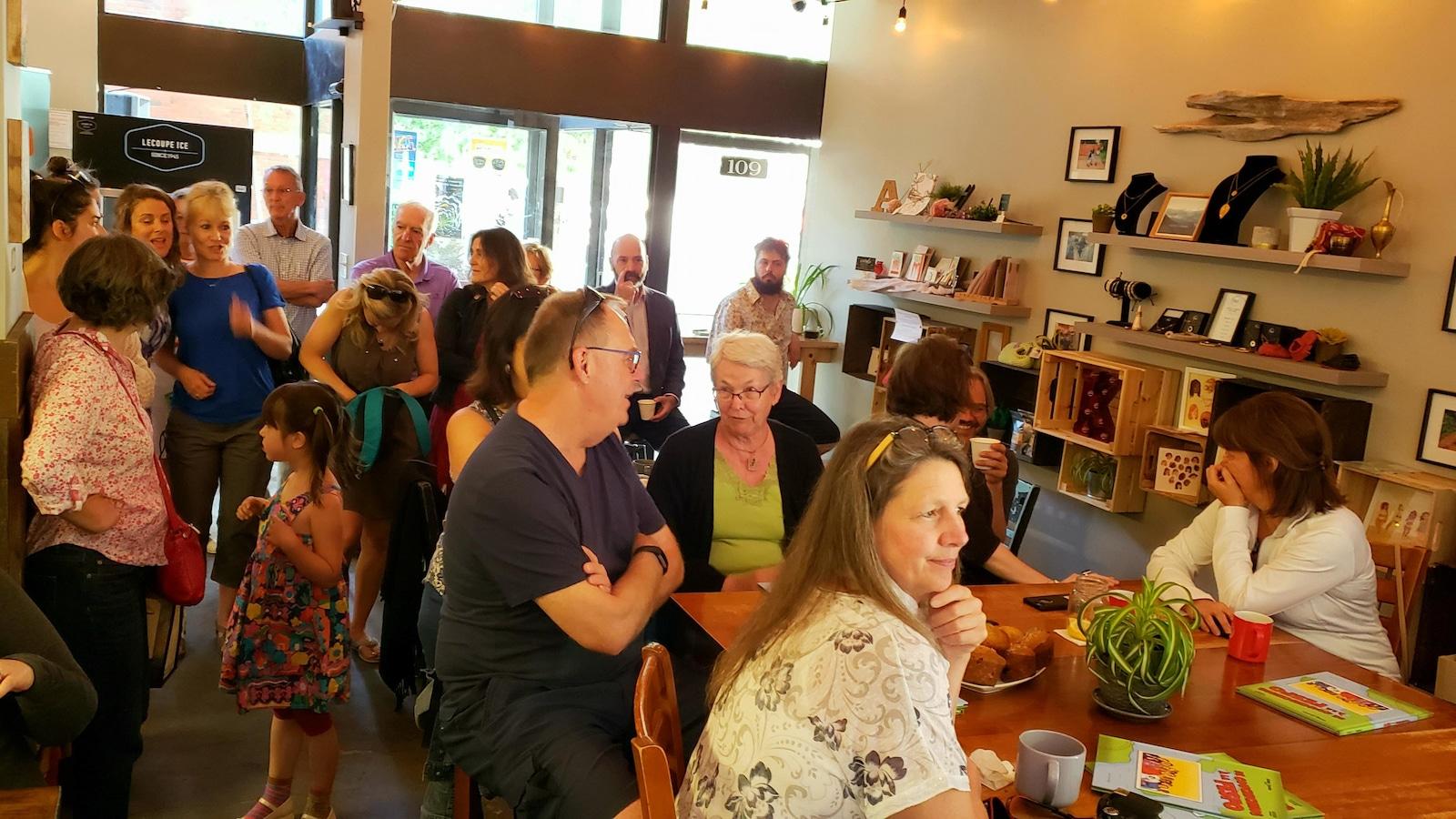 Des gens dans un café.