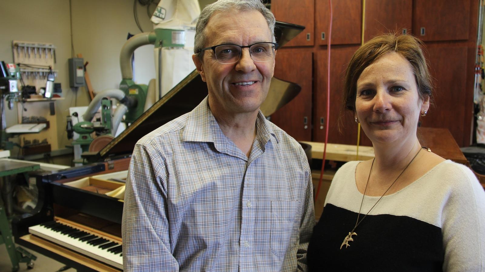 Denis Brassard, accordeur de pianos, et Nicole Languérand, directrice administrative de la Faculté de musique de l'Université de Montréal.