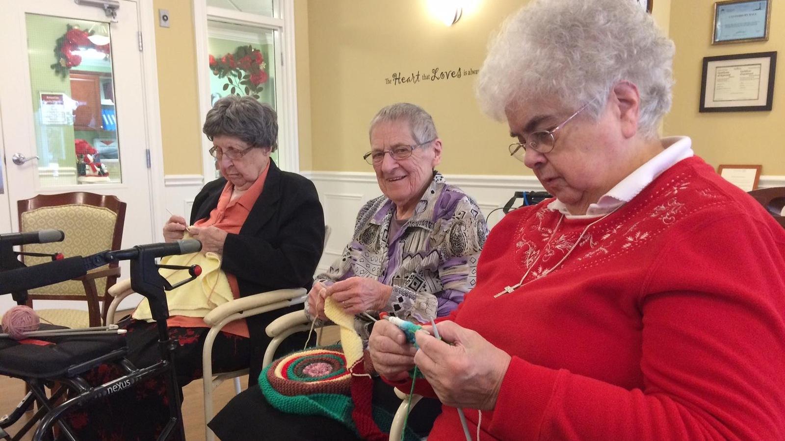 Les Soeurs Amelia Daveau, Marie Therese Arseneault et Edna Fraser tricotent leurs morceaux.