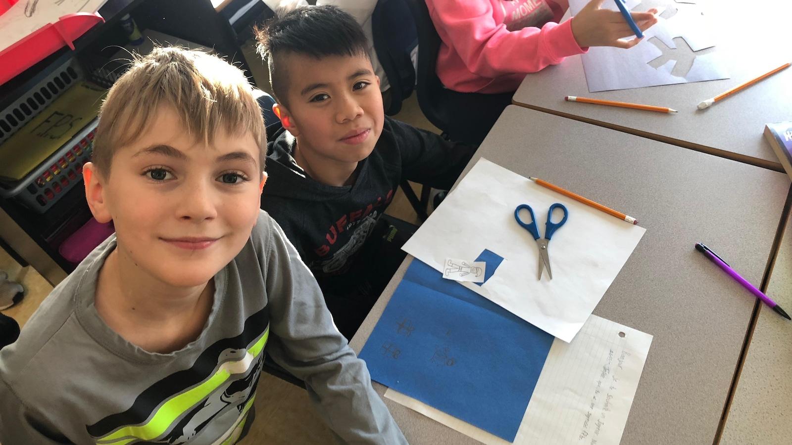 Les élèves en plein bricolage de cartes de souhaits.