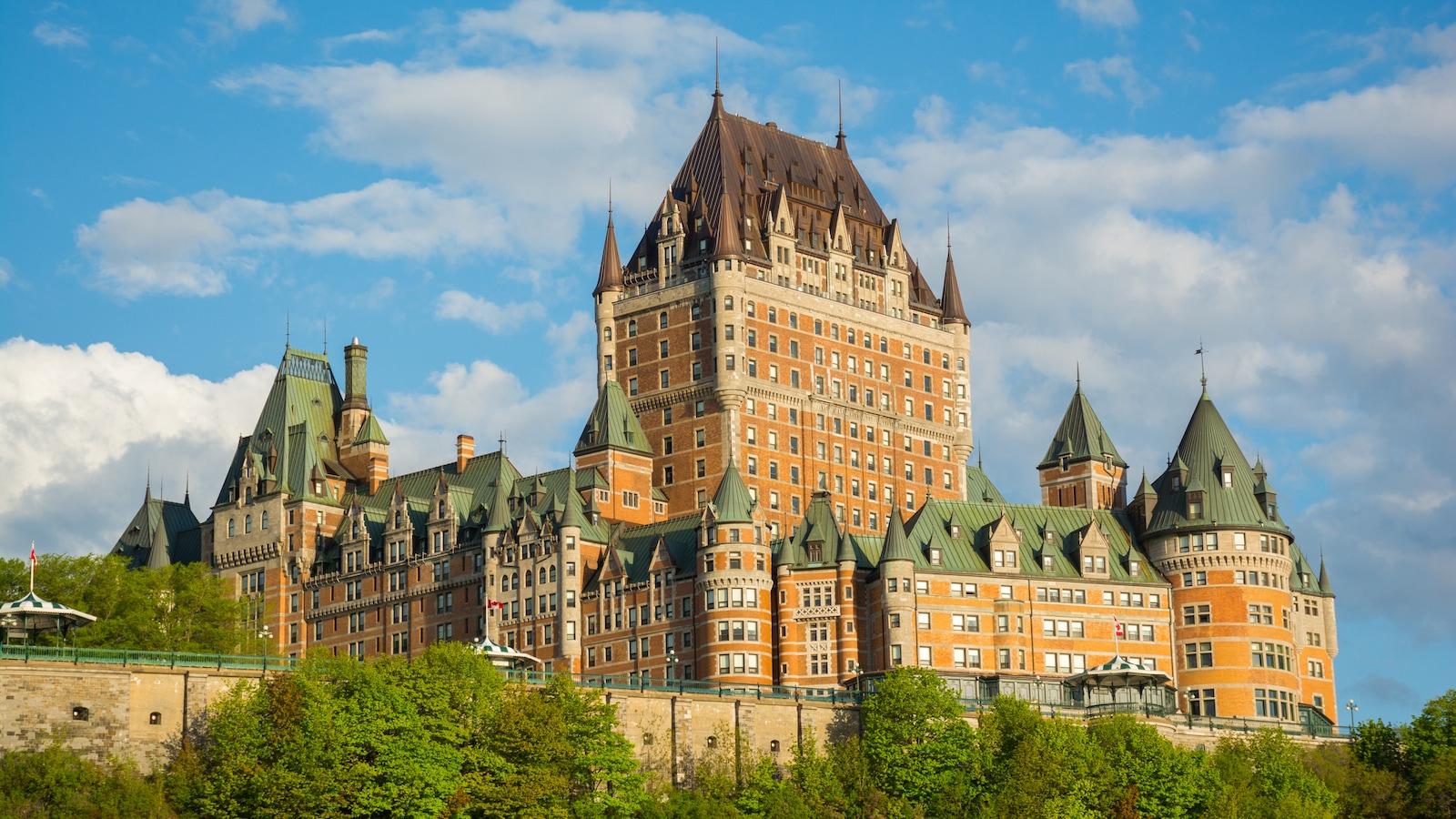 Château Frontenac est un hôtel qui est devenu l'emblème de la ville de Québec.