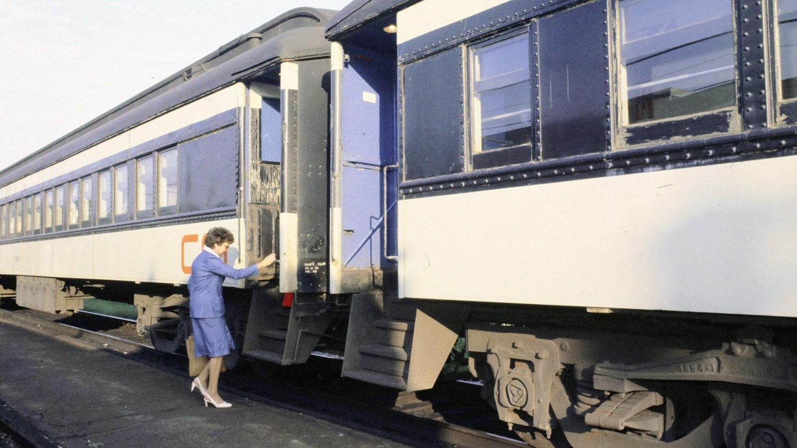 Une femme monte dans un train.