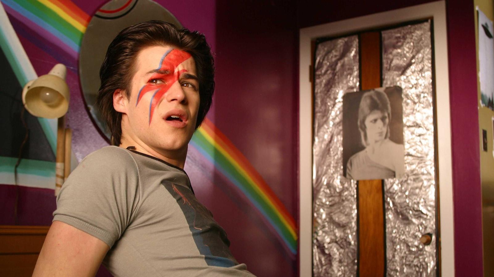 Marc-André Grondin joue un jeune gai dans le film C.R.A.Z.Y. (2005), de Jean-Marc Vallée.