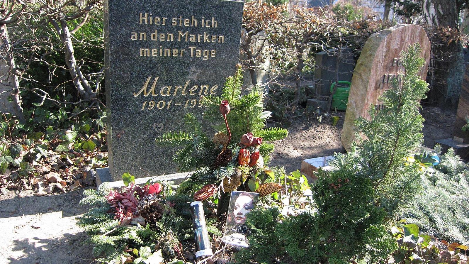Dans un cimetière se trouve une tombe avec une pierre écrite en allemand et Marlene 1901-199.