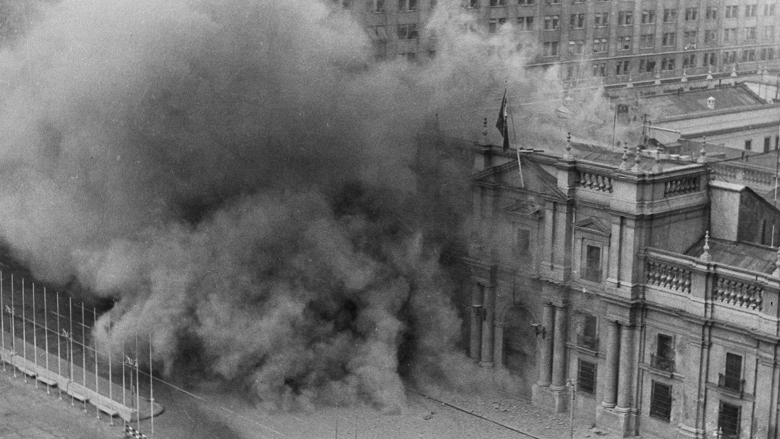 Le 11 septembre 1973, le palais présidentiel chilien est en flamme à la suite de bombardements visant à renverser le gouvernement de Salvador Allende.