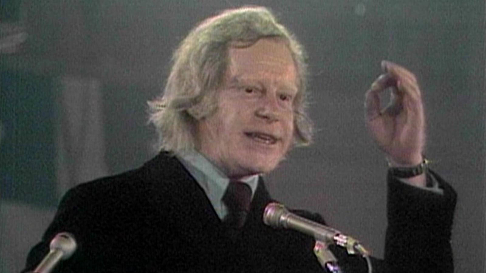 Capture d'écran d'une émission où Pierre Bourgault prononce un discours devant une foule de partisans péquistes.