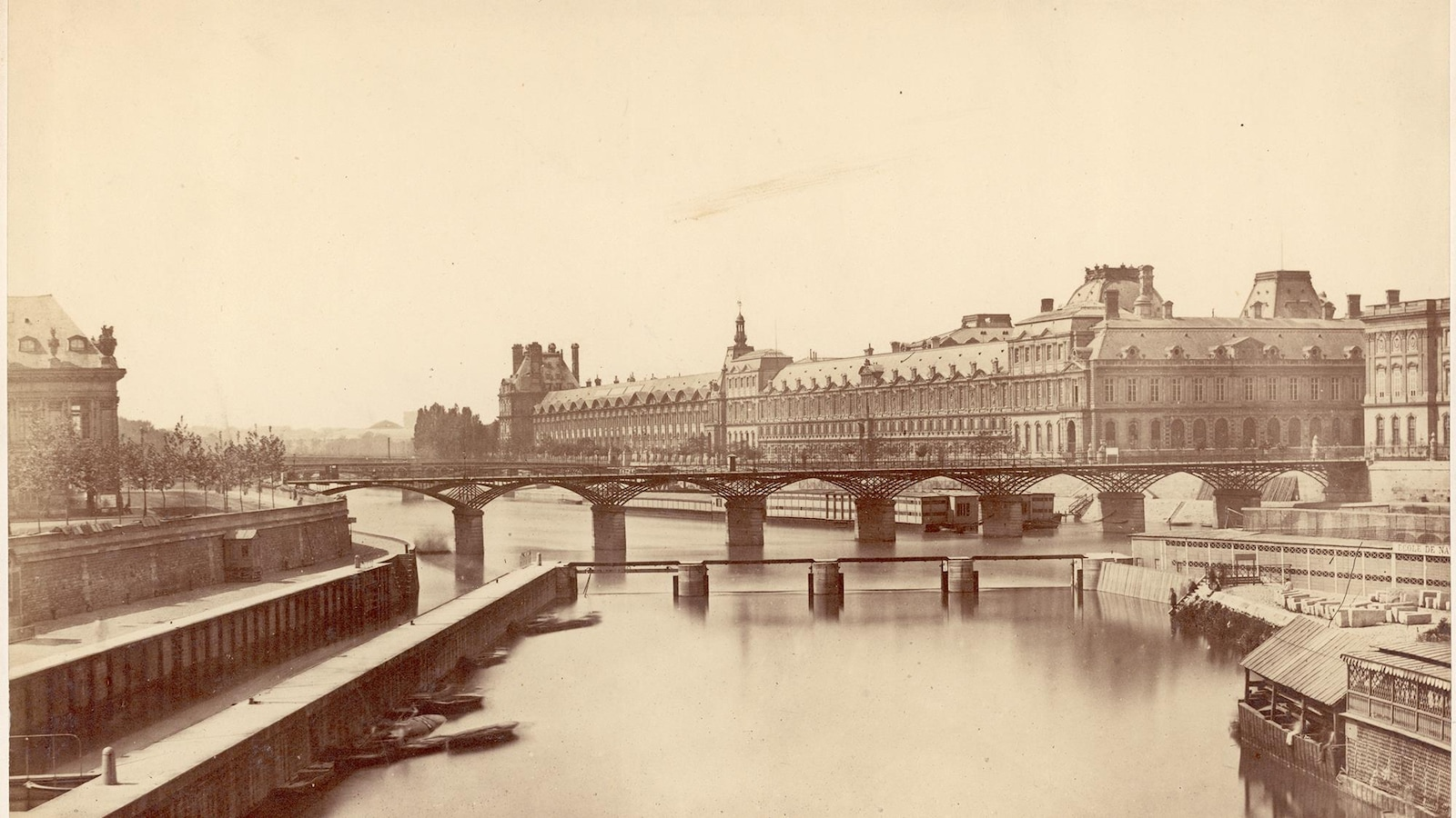 Une vue en 1856 du musée du Louvre, du pont des Arts et de la Seine à Paris.