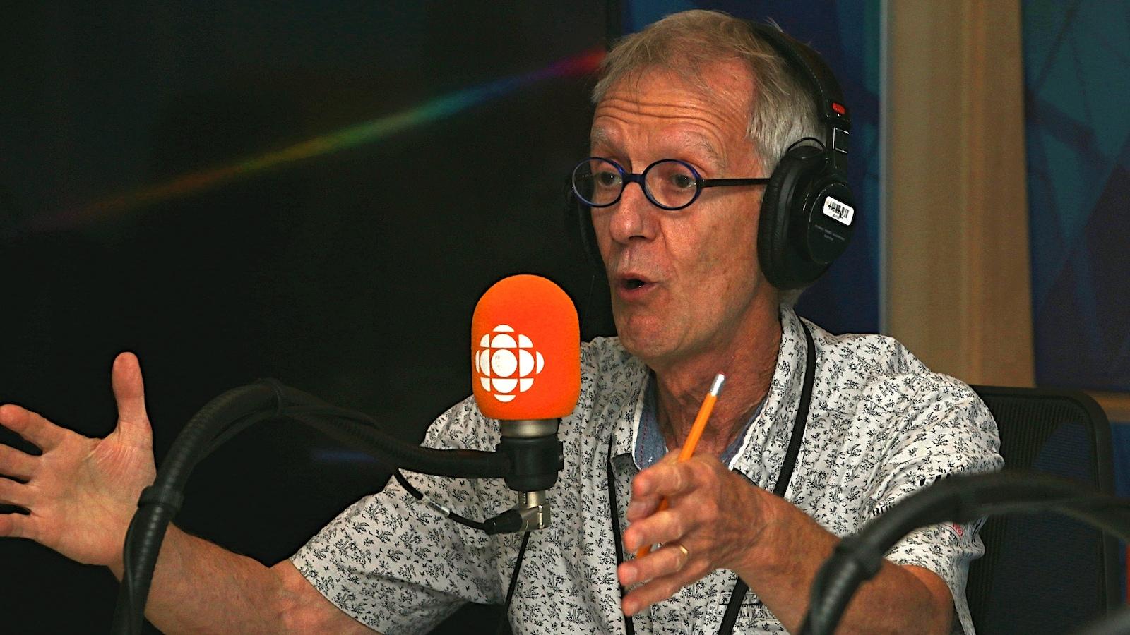 Jean-Yves Fréchette dans un studio de radio.