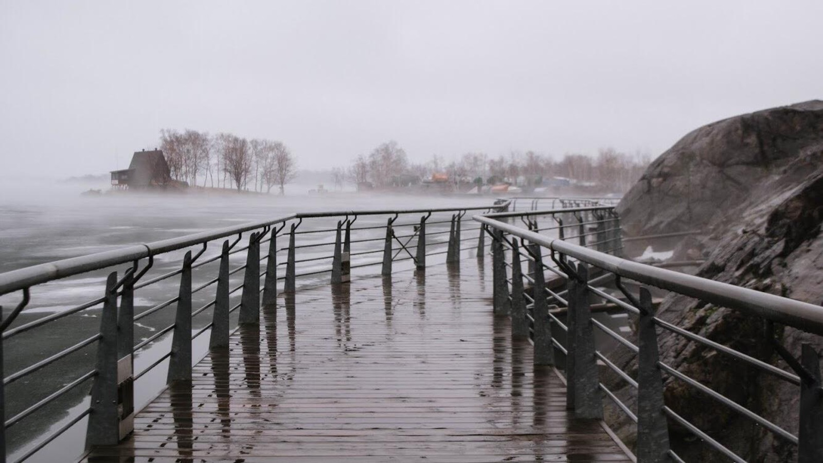 Photo d'une promenade en bois au bord du lac Ramsay à Sudbury, Ontario.