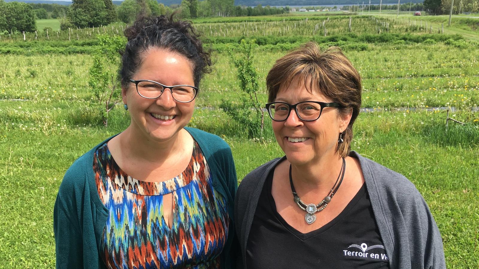À gauche, Chantal Paradis, copropriétaire de la Vallée de la Framboise, à Val-Brillant, et Michèle Bourassa, cofondatrice de Terroir en VR.