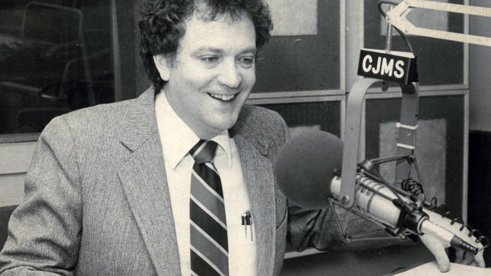 Pierre Marcotte parle au micro de l'ancienne station de radio montréalaise CJMS.
