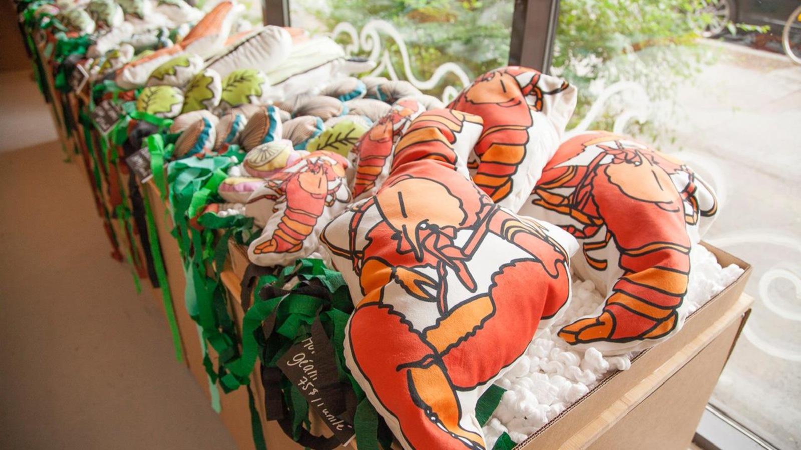 Des homards, crevettes et autres poissons et fruits de mer coussinés, dessinés par Jolène Morin
