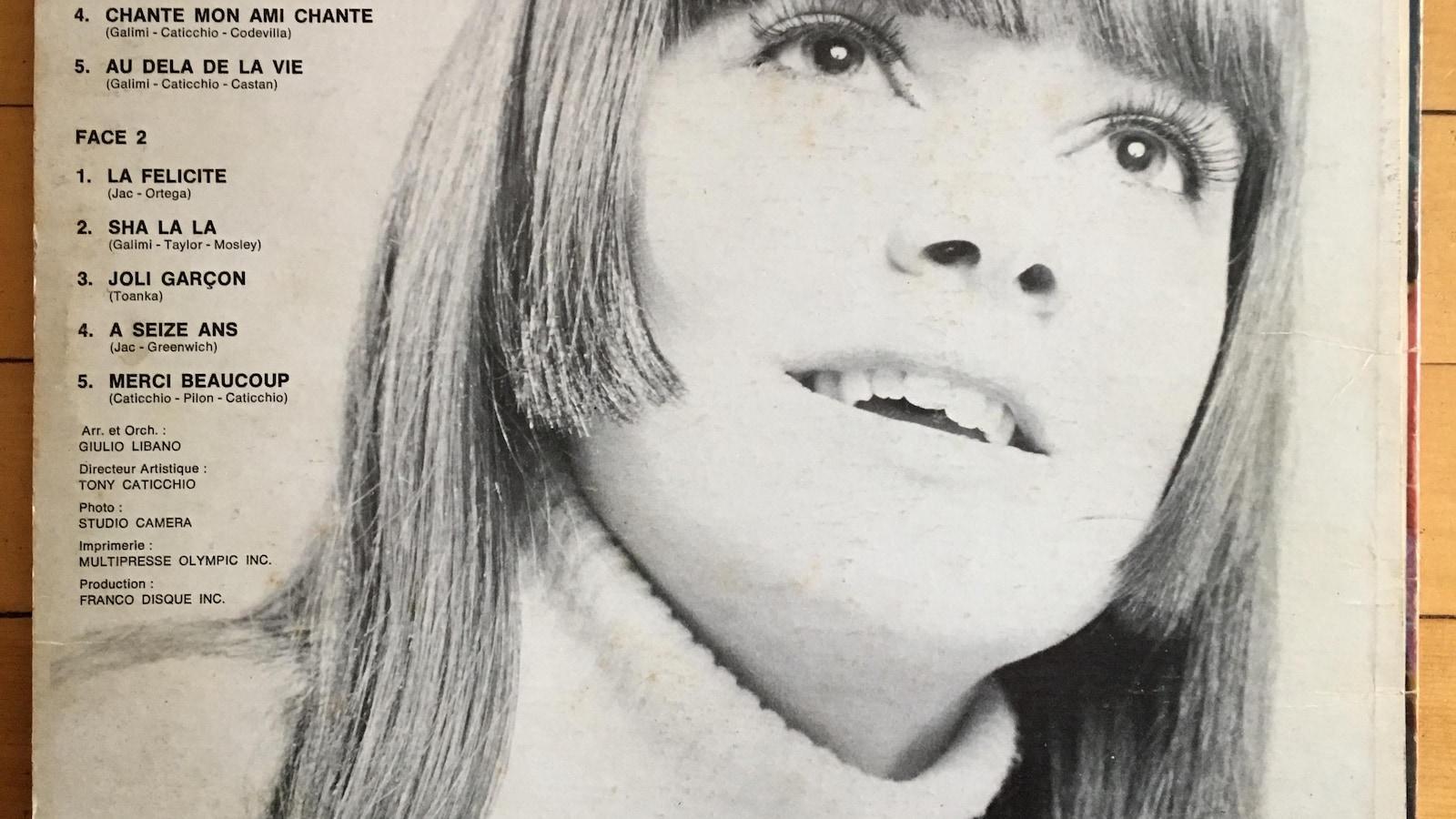 Le visage de Nada avec la liste des chansons à gauche.