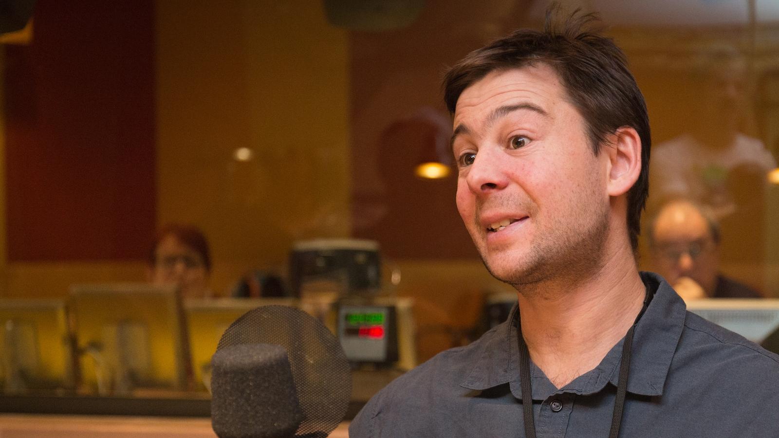 Frédéric Guindon dans le studio de l'émission La sphère.