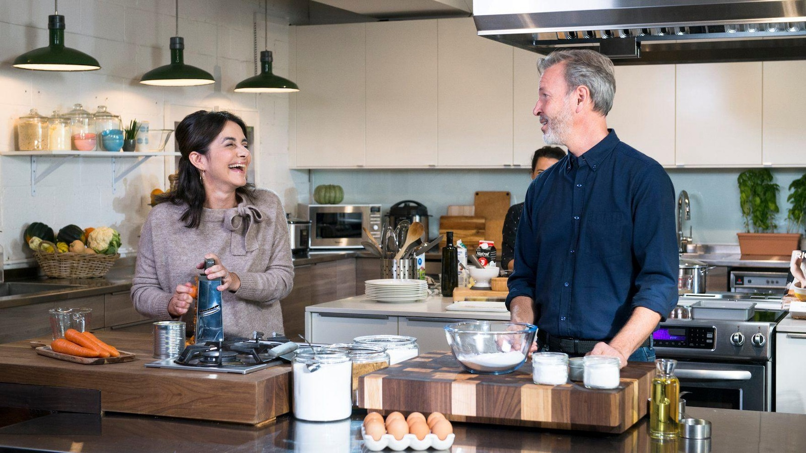 Le couple rit en cuisine lors du tournage de la 2500e émission de « Ricardo », présenté à Radio-Canada.