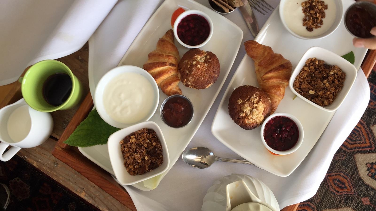 Le petit déjeuner au Sooke Harbour House : yogourt, céréales, confitures et compotes de fruits, muffin et croissant.
