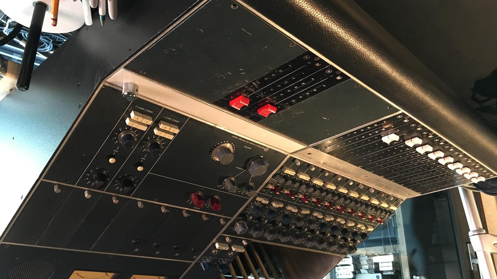 Console de son dans le studio PM de Pierre Marchand.