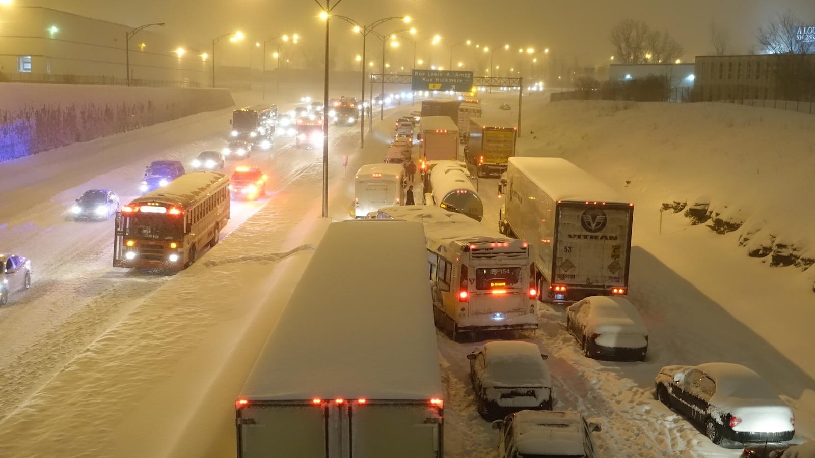 Des véhicules coincés sur l'autoroute 13 lors de la tempête qui a débuté le 14 mars.