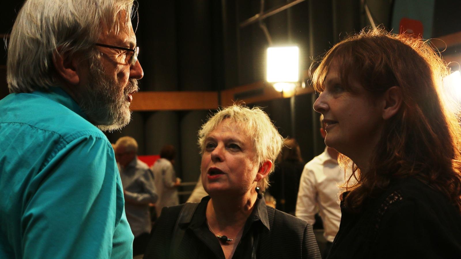 Sophie-Andrée Blondin (à droite), qui a travaillé sept ans aux <i>Années lumière</i>, souhaite bonne retraite à Yanick Villedieu.