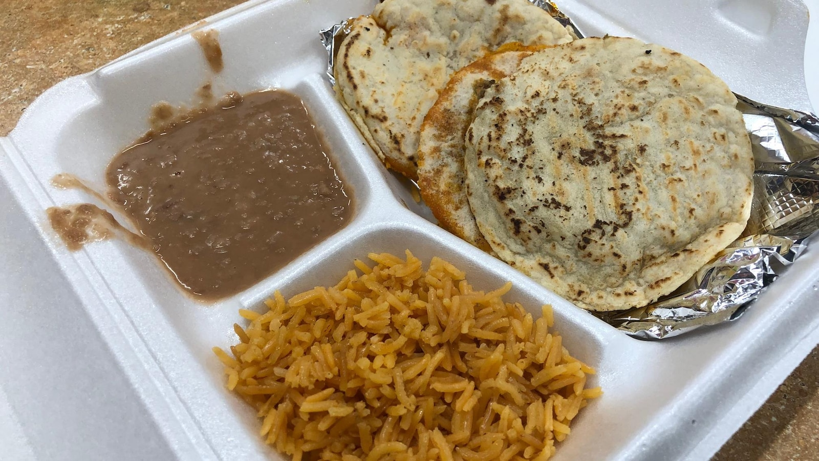 Des tacos, du riz et de frijoles du comptoir prêt-à-manger de Mennomex.