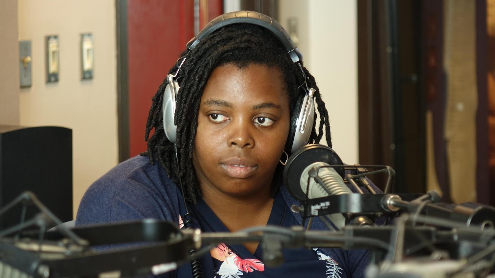 Josiane Blanc est assise dans un studio de radio.