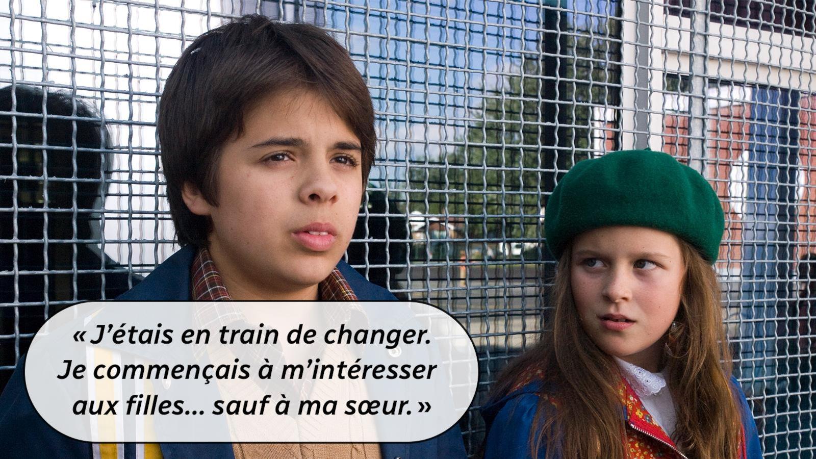 Un garçon, à côté d'une fille devant une grille, avec le dialogue: J'étais en train de changer. Je commençais à m'intéresser aux filles... sauf à ma soeur.