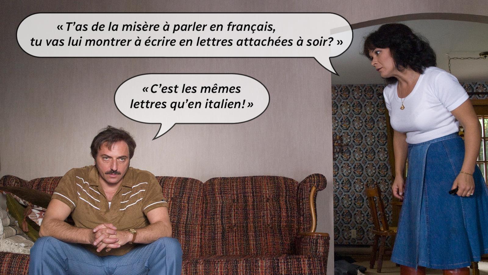Una donna in piedi con rabbia disse: Hai difficoltà a parlare francese, le mostreresti di scrivere in lettere accluse la sera?  L'uomo sul divano risponde: Sono le stesse lettere italiane.