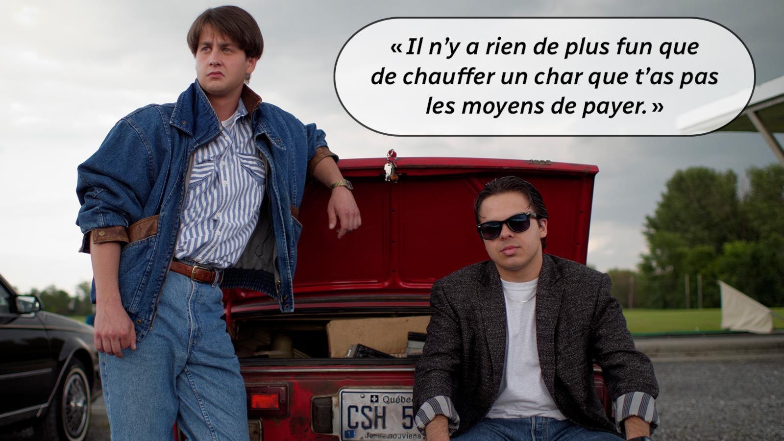 Deux jeunes hommes devant une voiture rouge, le coffre ouvert.