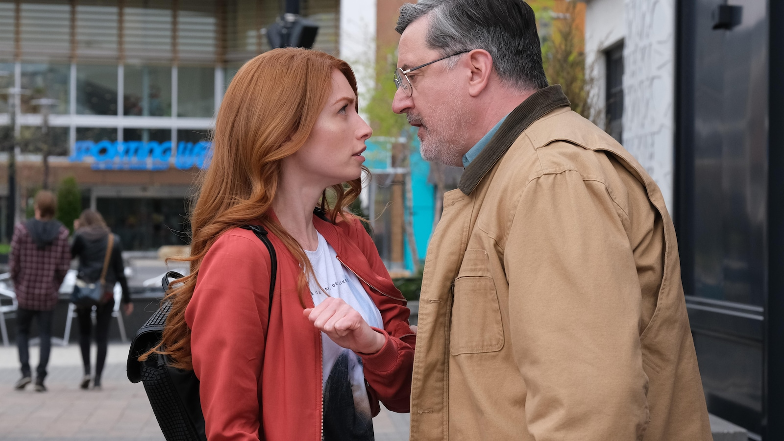 Charles tient le bras de Laura et exige de lui parler.
