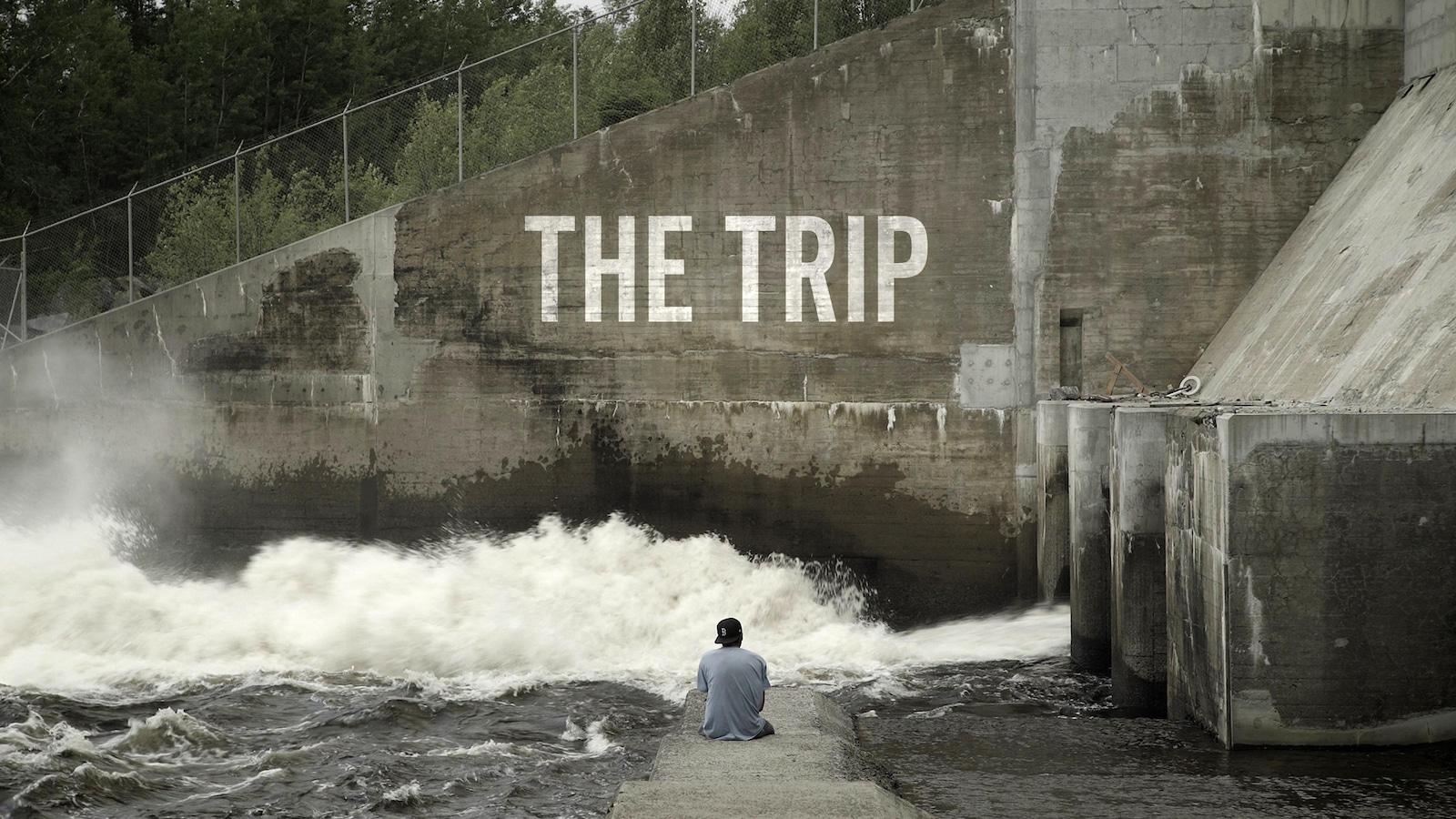 L'affiche du film montrant un homme de dos assis devant un barrage.