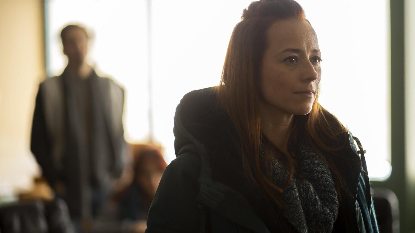Maryse Malo (Karine Vanasse) se tient debout.