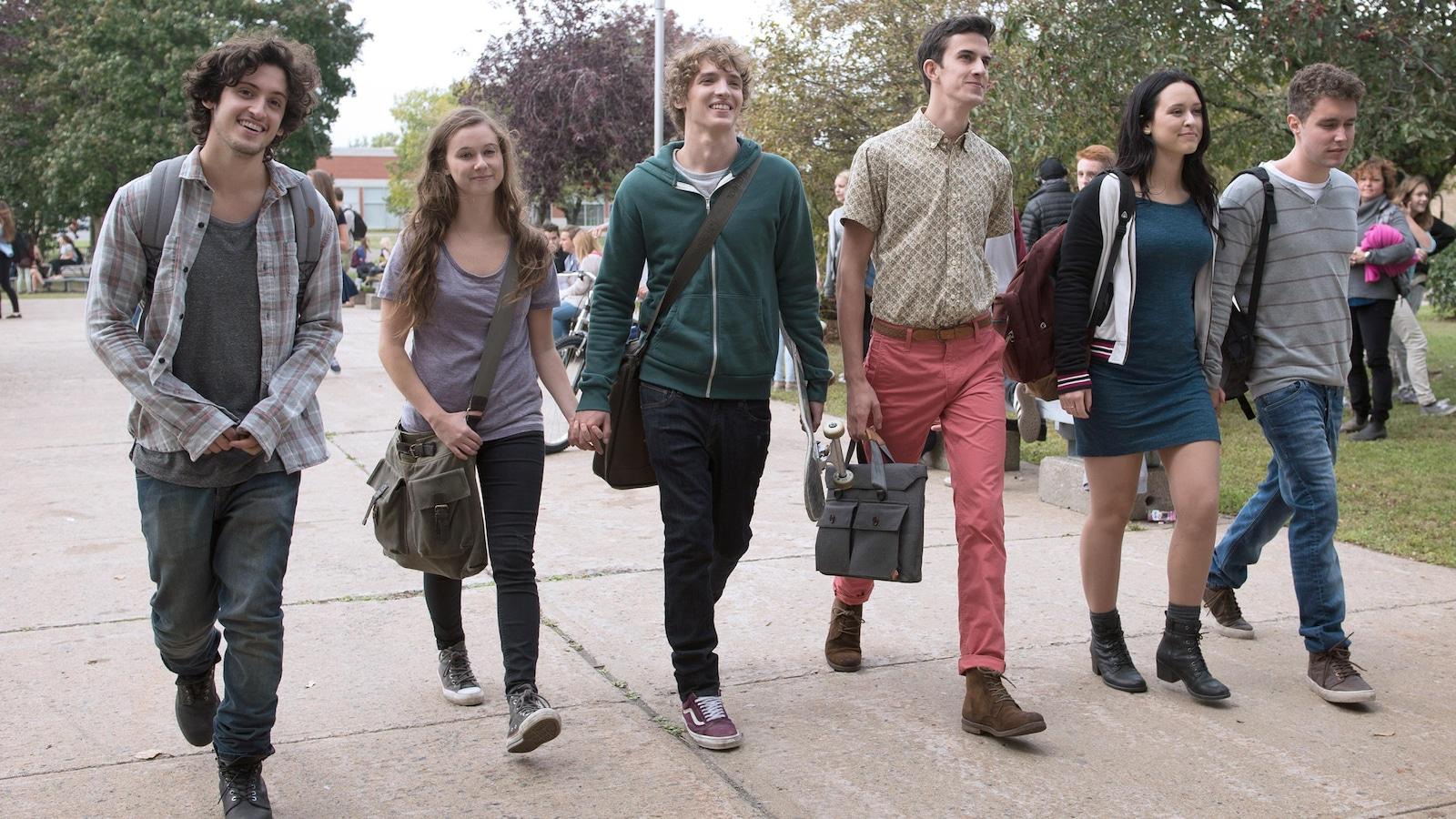 Un groupe d'adolescents marche