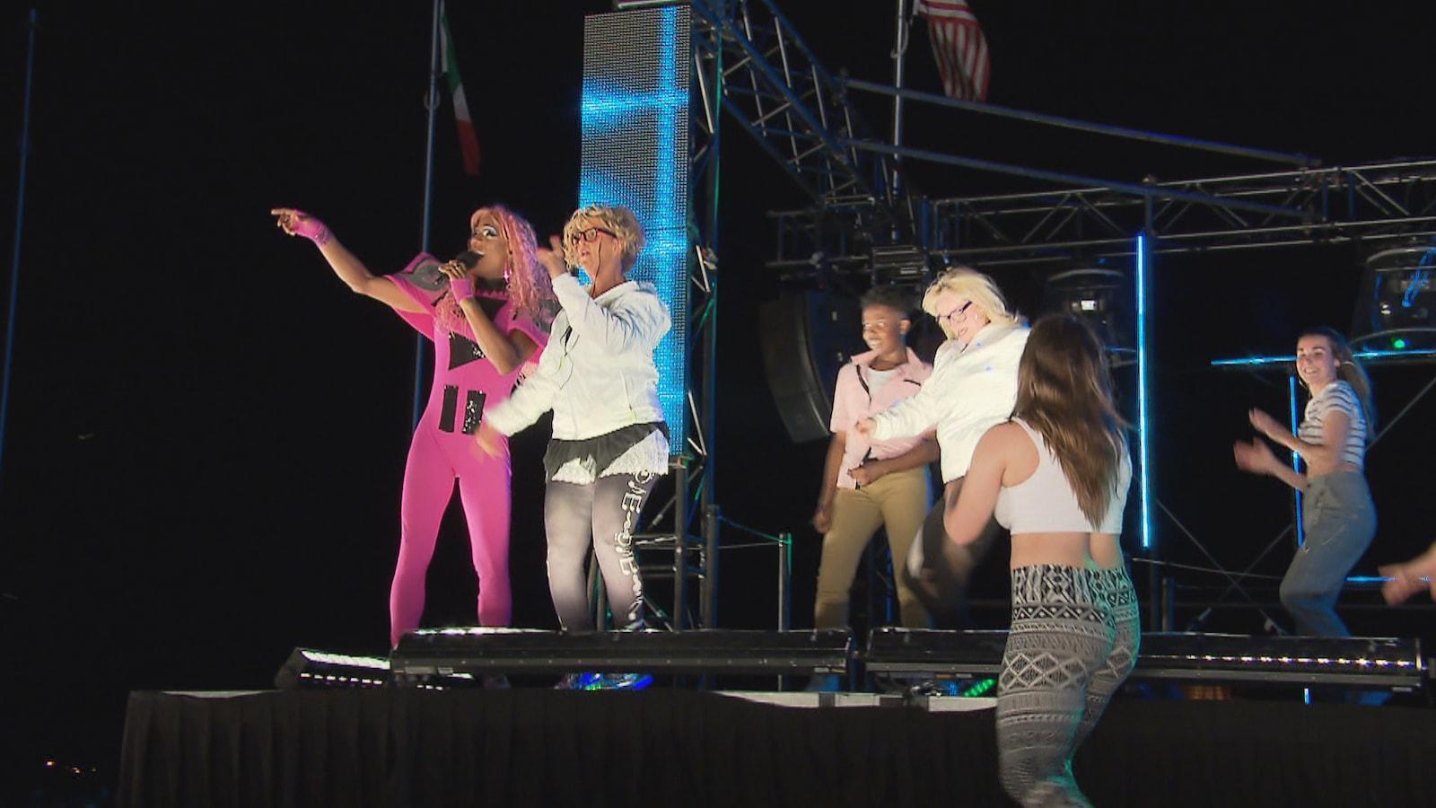 Barbada sur scène avec son équipe
