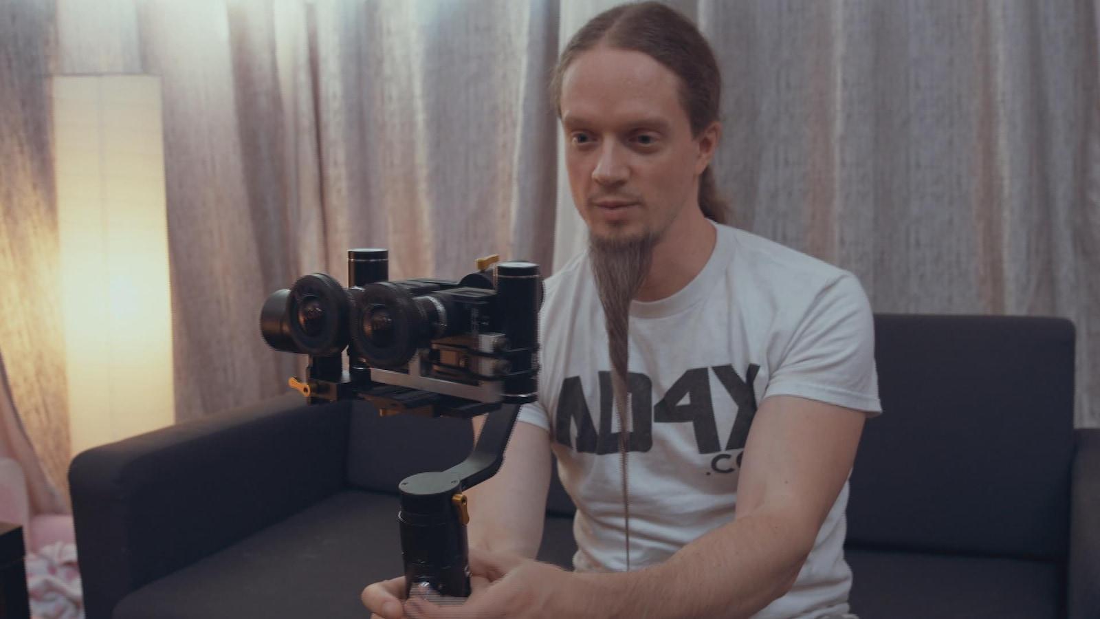Il opère une caméra qui filme à 180°.