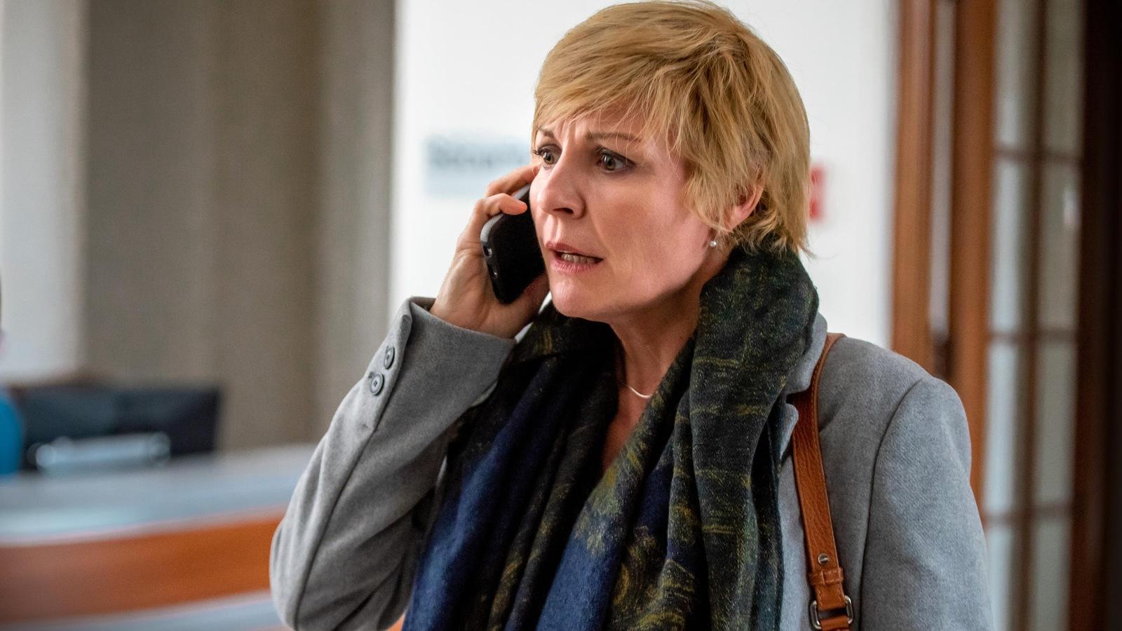 Louise parle au téléphone.