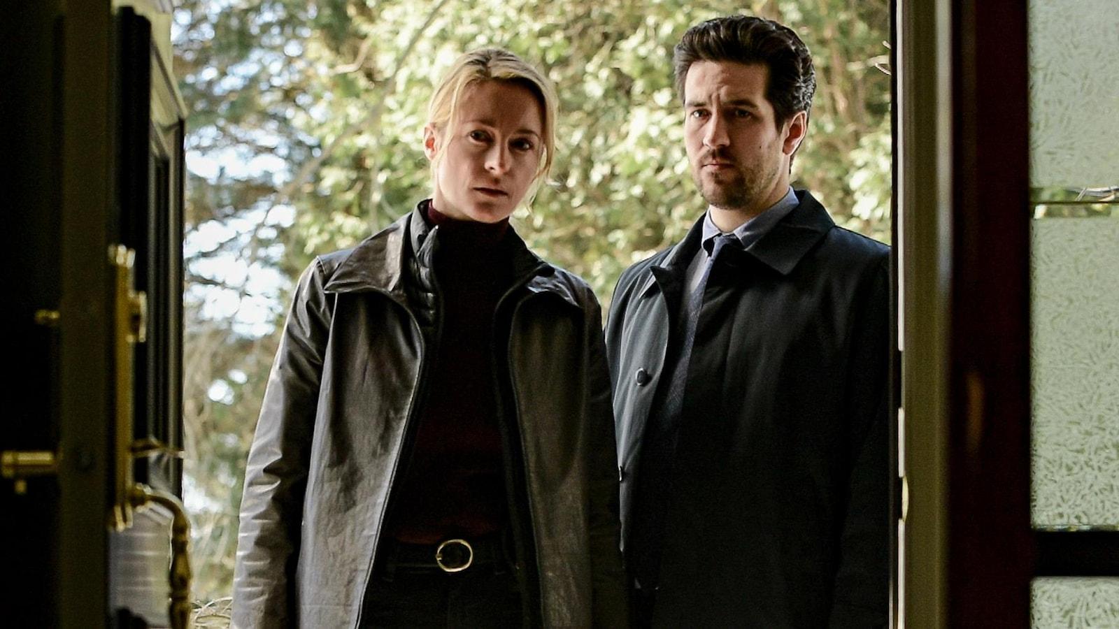 Simone Vallier (Christine Beaulieu) et Danno Boulianne (Olivier Gervais-Courchesne) sont à la porte de la maison du docteur Lacombe.