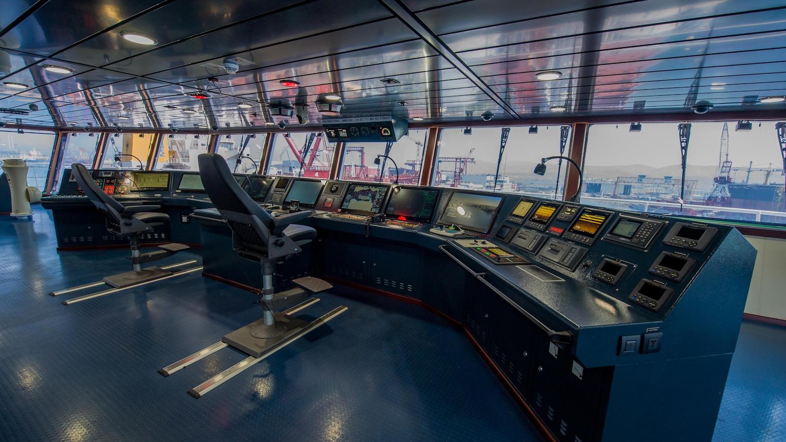 Intérieur du bateau avec centre de navigation et ordinateurs