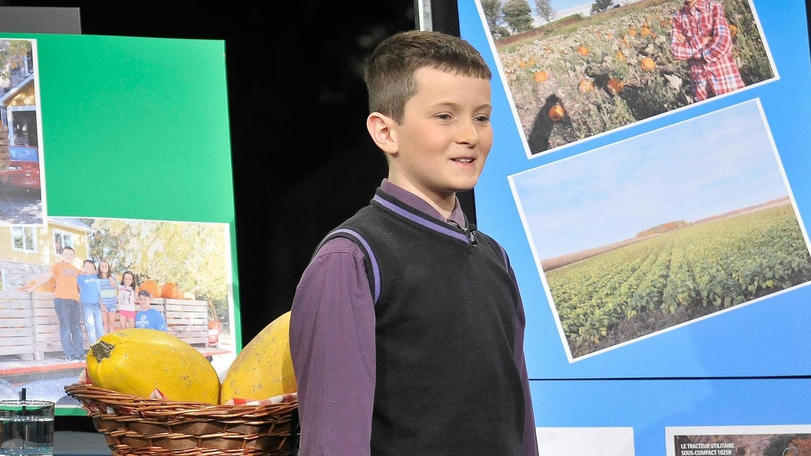 Le garçons qui présente son entreprise sur le plateau de l'émission.