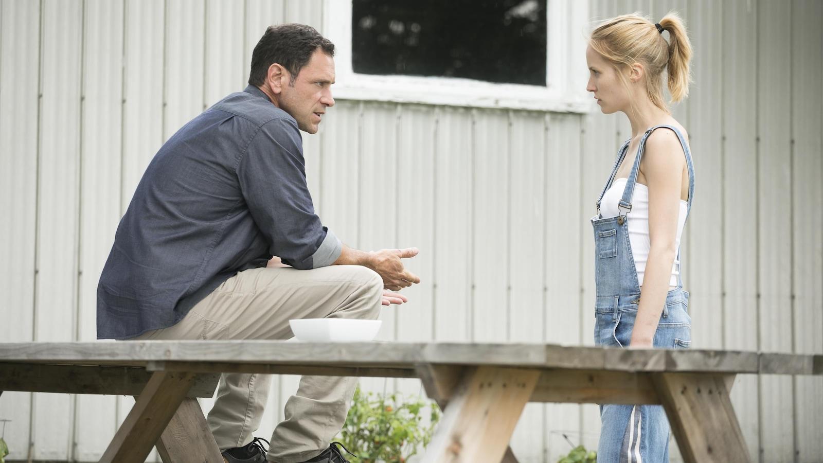 Charlotte Legault et Partrick Labbé qui discute en arrière de leur maison.