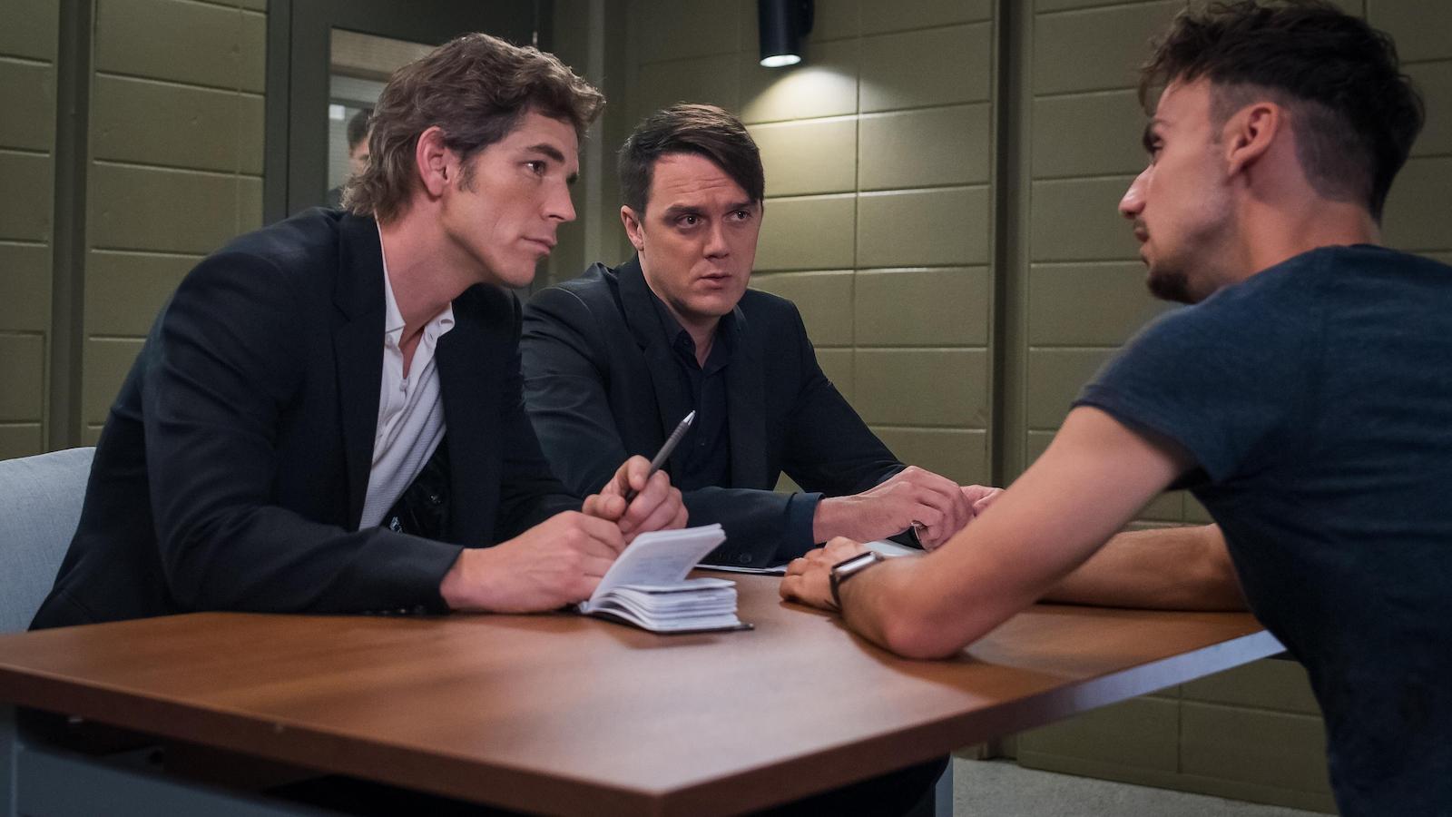 Patrick et Stéphane interroge un suspect dans la salle d'interrogatoire.