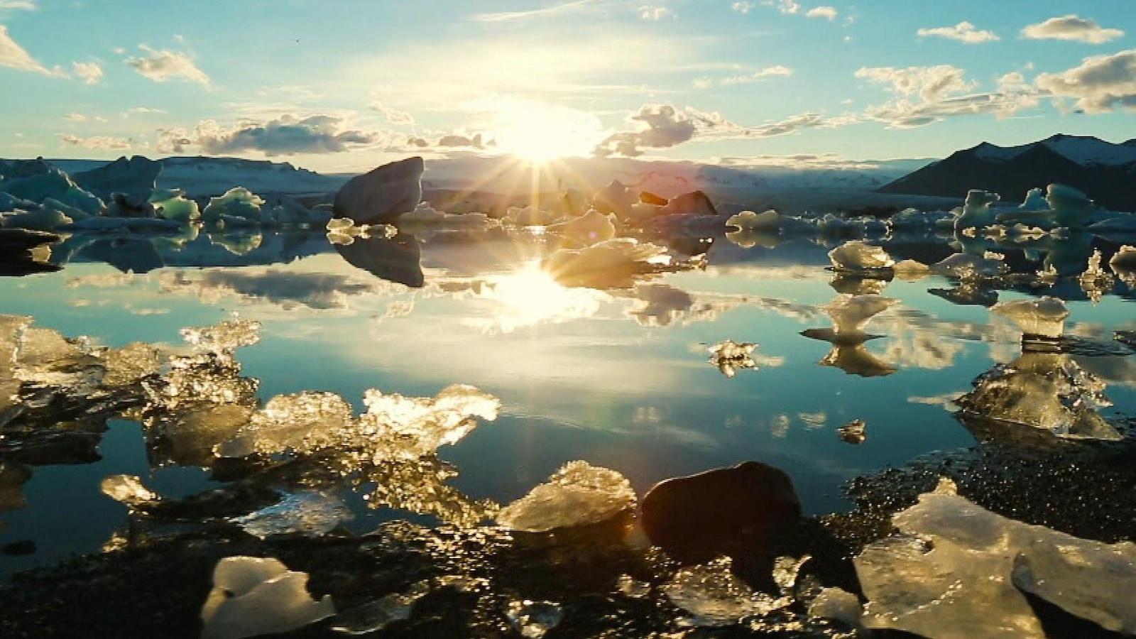 Un paysage d'eau, de glace et de nuages.
