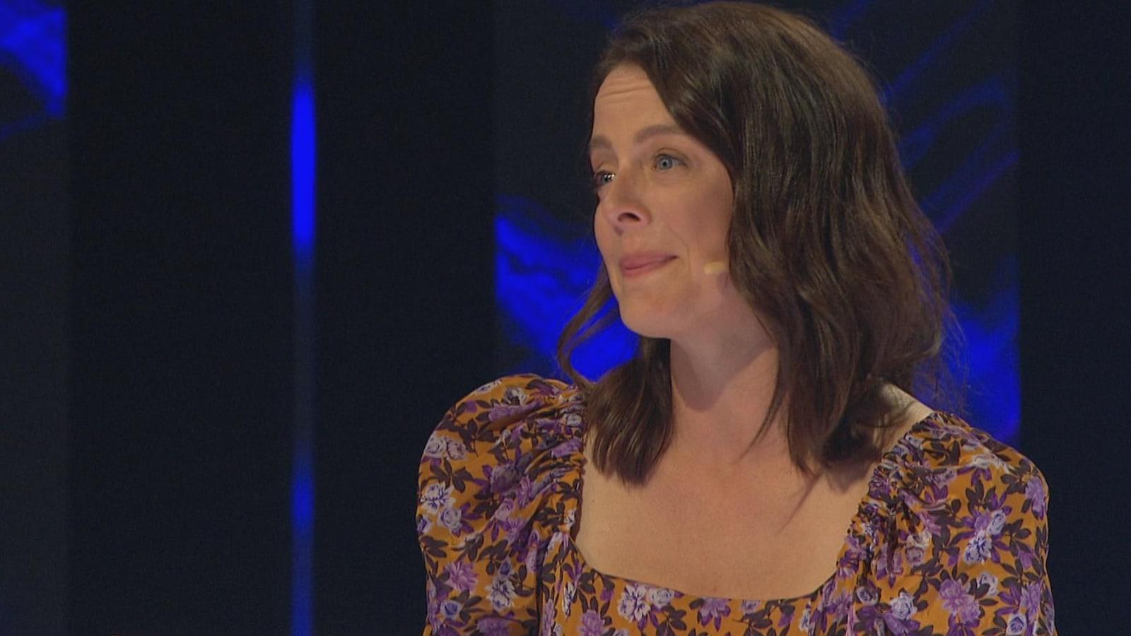 Sur le plateau d'«En direct de l'univers», Julie Le Breton est émue.
